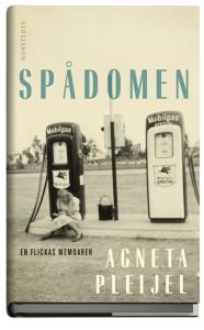 Läsning. En läsande flicka vid en bensinmack är avbildad på Sara R Acedos omslag till romanen.