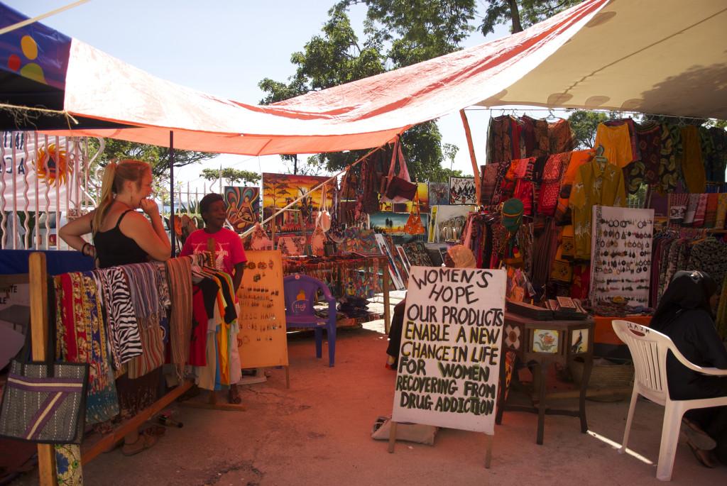 Womens Hope. Stine och Salama på marknaden